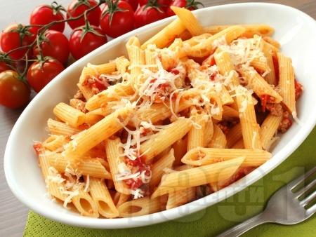 Пикантна пене паста (макарони) с доматен сос от пресни домати, кайма и сирене пармезан - снимка на рецептата